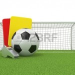 47208972-voetbal-concept-penalty-rood-en-geel-kaart-metalen-fluitje-en-voetbal-voetbal-ball-en-poort-ge-solee